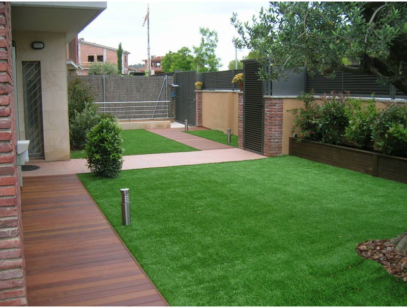 Tarima de madera tropical y cesped artificial greengarden - Cesped artificial terraza ...